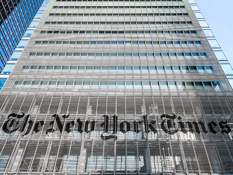 Редакция The New York Times отвела всю первую полосу именам умерших от коронавируса