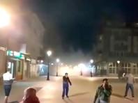 """Портал In4s публикует видеозаписи, на которых люди разбегаются в облаке дыма. Участники акции скандируют """"Позор! Фашисты!"""". В городе слышатся хлопки, похожие на выстрелы"""