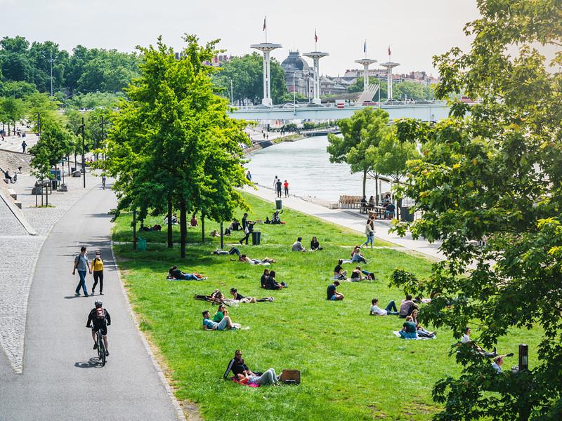 Правительство Франции разрешило со 2 июня открыть кафе и рестораны в отдельных регионах