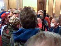 В Мичигане вооруженные участники митинга против самоизоляции проникли в Капитолий, напугав сенаторов