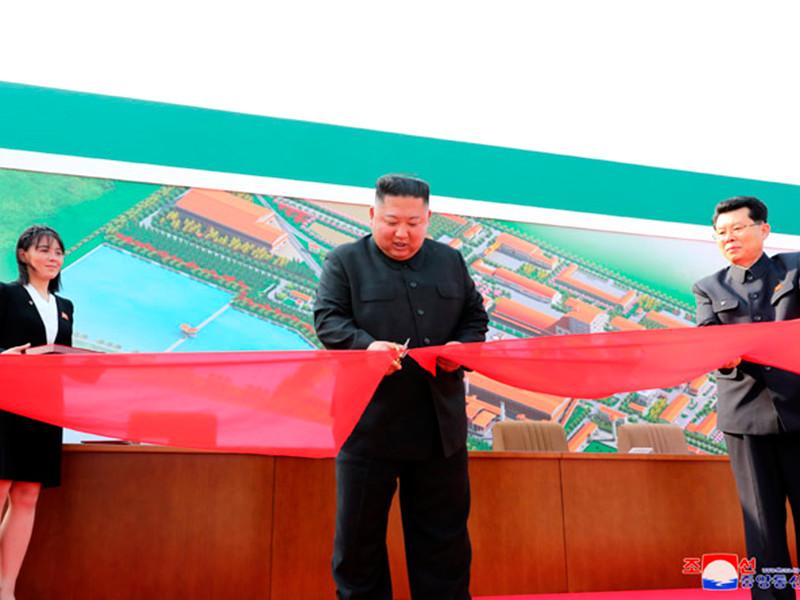 Как утверждает Центральное телеграфное агентство КНДР (ЦТАК), Ким Чен Ын в сопровождении своей сестры Ким Ё Чжон и нескольких высокопоставленных чиновников перерезал красную ленточку, символизируя открытие завода