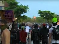 """Смерть мужчины спровоцировала уличные протесты в штате Миннесота: демонстранты устроили беспорядки, требуя ареста четверых стражей порядка, которые производили задержание, и выкрикивая лозунг """"Никакого правосудия!"""". Полиции пришлось применить слезоточивый газ"""
