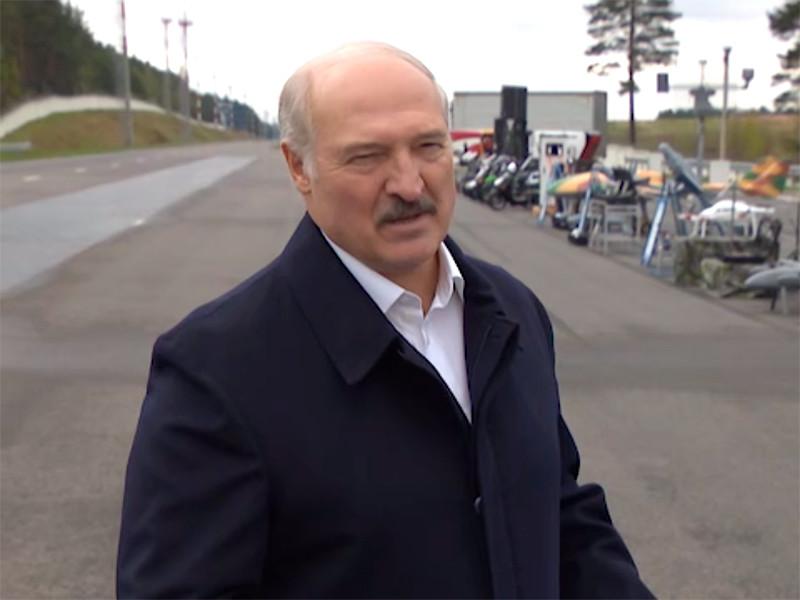 """Лукашенко призвал мужчин не целовать женщин и """"остаться в семье"""" на период пандемии"""" />"""