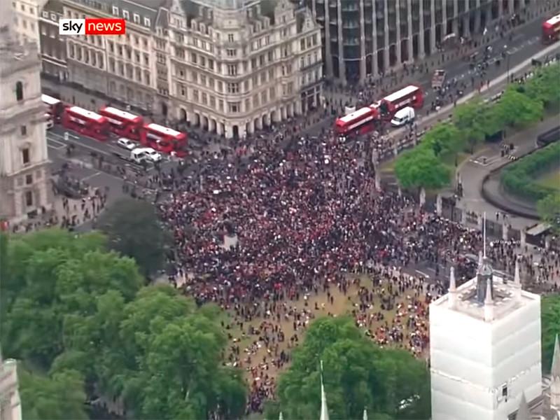 В Лондоне протестующие против полицейского насилия осадили резиденцию премьер-министра