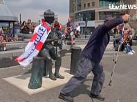 Городской совет Борнмута принял решение демонтировать статую британского военачальника и основателя скаутского движения Роберта Баден-Пауэлла и отправить ее в хранилище из-за возмущений борцов за права чернокожих. Однако после того, как решение было озвучено, у статуи собрались местные жители и заявили, что не позволят этого сделать
