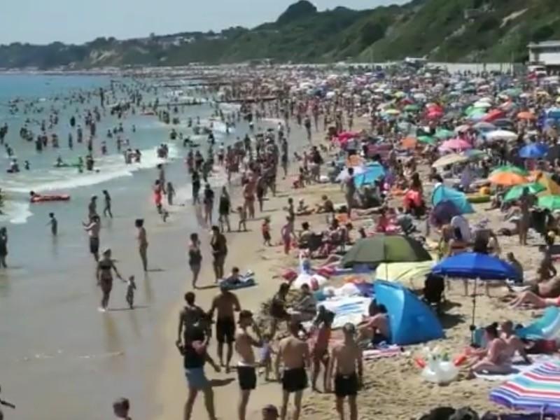 """Из-за жары битком набиты пляжи на курортах Великобритании (ФОТО, ВИДЕО)"""" />"""