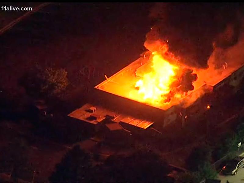 В Атланте протестующие подожгли ресторан, у которого полиция застрелила Рейшарда Брукса
