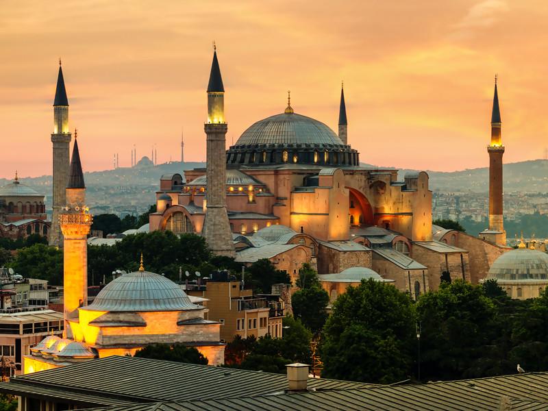 Собор Святой Софии - бывший патриарший православный собор, построенный в VI веке. После того, как Османская империя захватила Константинополь в XV веке, собор стал мечетью. В 1930 году ее закрыли для публики на реконструкцию. А в 1935-м году мечеть получила статус музея по указу первого президента Турции Кемаля Ататюрка