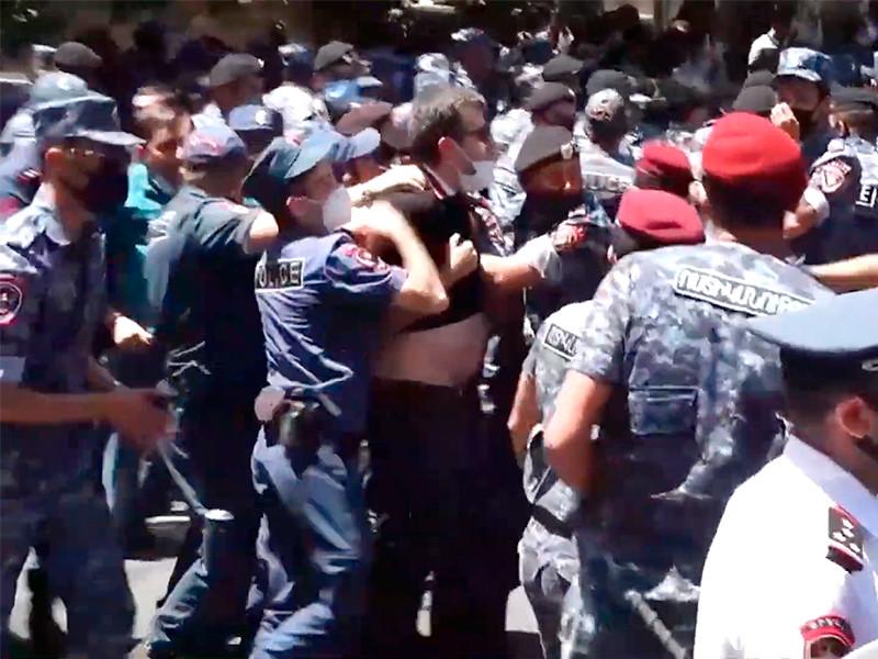 """В Ереване у здания Службы нацбезопасности, расположенного рядом с Кольцевым бульваром, задержали более 90 сторонников оппозиционной партии """"Процветающая Армения"""""""