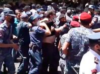 В Ереване задержали около ста участников протестов