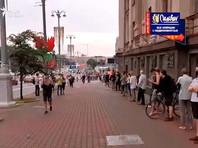 """В Минске после задержания Виктора Бабарико граждане начали выстраиваться в """"цепь солидарности"""""""