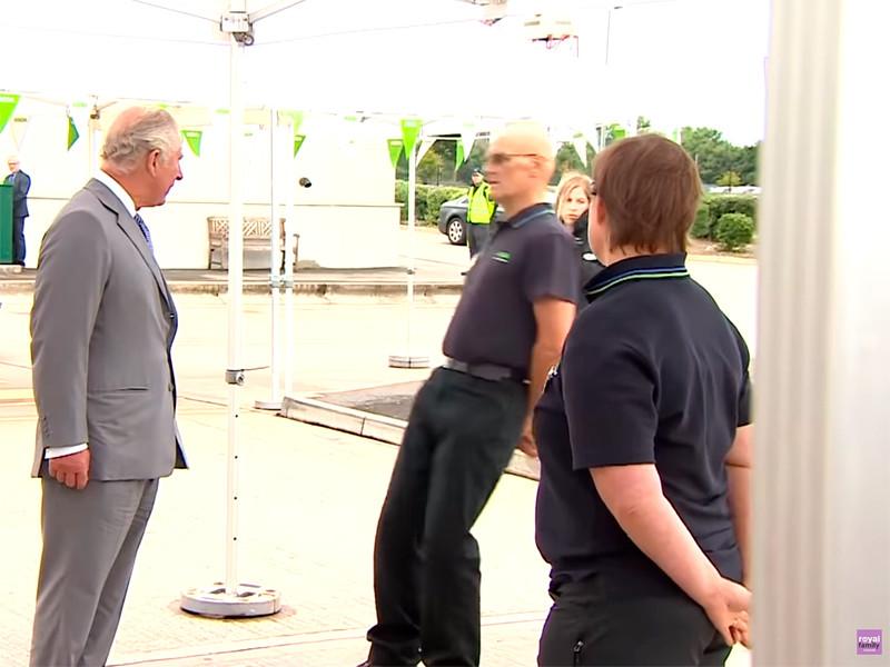 Сотрудник супермаркета в Бристоле упал в обморок при виде принца Чарльза