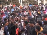 Беспорядки начались, когда тело Хаакаалуу Хундесса привезли в его родной город Амбо, расположенный к западу от Аддис-Абебы. Демонстранты жгли покрышки и скандировали антиправительственные лозунги. В некоторых районах произошли столкновения с полицией. В столице страны Аддис-Абебе и некоторых городах штата Оромия власти отключили интернет и развернули военных