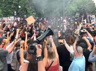 """На видео, размещенном на сайте телеканала WUSA9, слышно, как протестующие, сжигая флаг, скандируют: """"Раз, два, три, четыре: рабство, геноцид и война. Пять, шесть, семь, восемь: Америка никогда не была великой"""""""