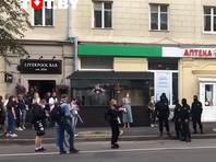 Милиция в Минске задержала людей, пришедших к зданию Центральной избирательной комиссии Белоруссии, чтобы подать жалобу на отказ в регистрации кандидатами в президенты оппозиционеров Виктора Бабарико и Валерия Цепкало