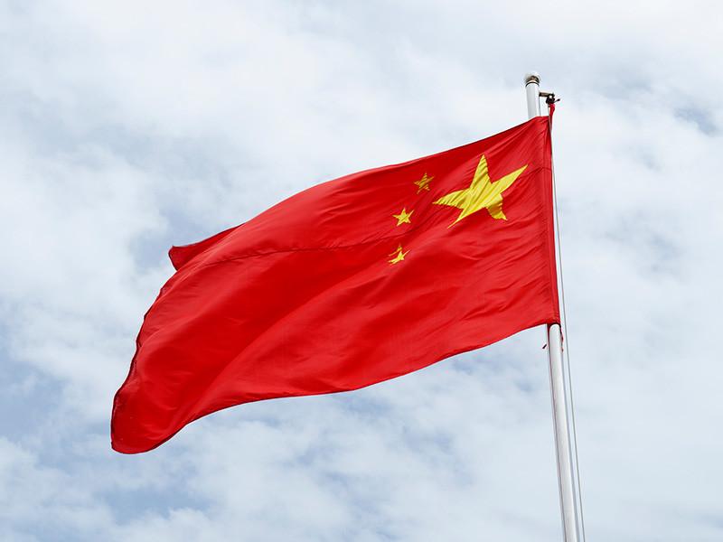 """США потребовали закрыть генеральное консульство Китая в Хьюстоне в течение трех дней, объяснив это защитой """"американской интеллектуальной собственности"""". Как сообщает BBC, это заявление было сделано после того, как во дворе здания консульства были обнаружены неизвестные, жгущие некие документы в мусорных баках"""