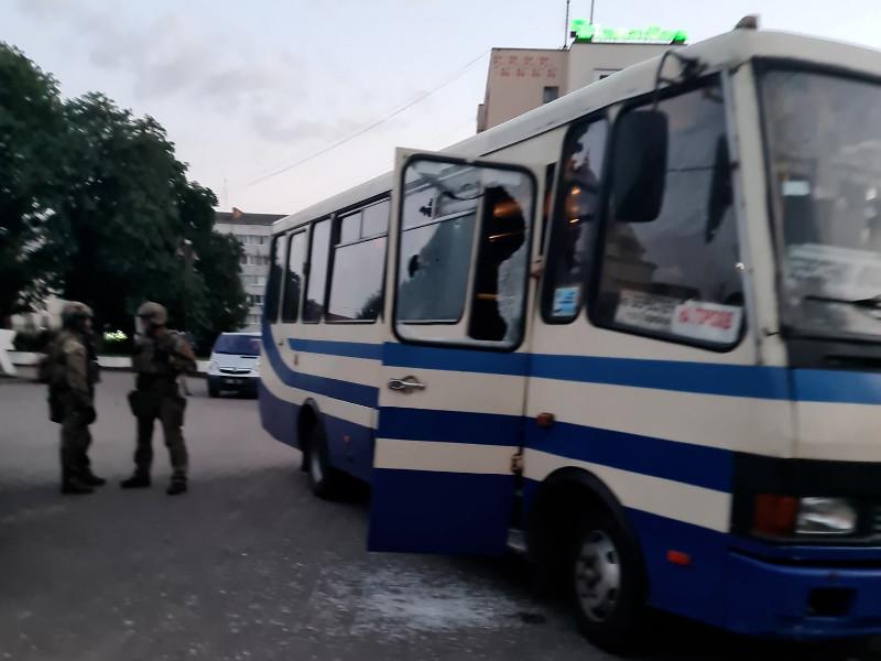 Полиция Украины взяла штурмом автобус в Луцке и освободила заложников