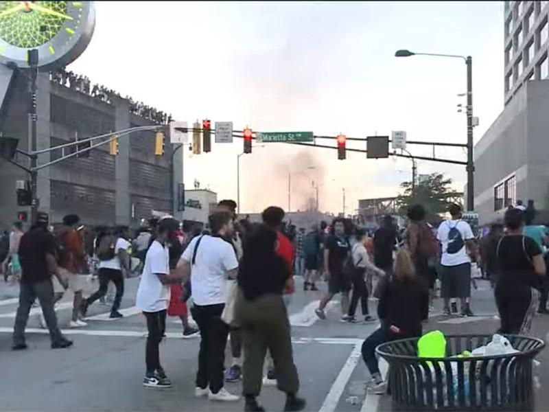 Губернатор американского штата Джорджия Брайан Кемп объявил чрезвычайное положение в Атланте, где не прекращаются массовые беспорядки