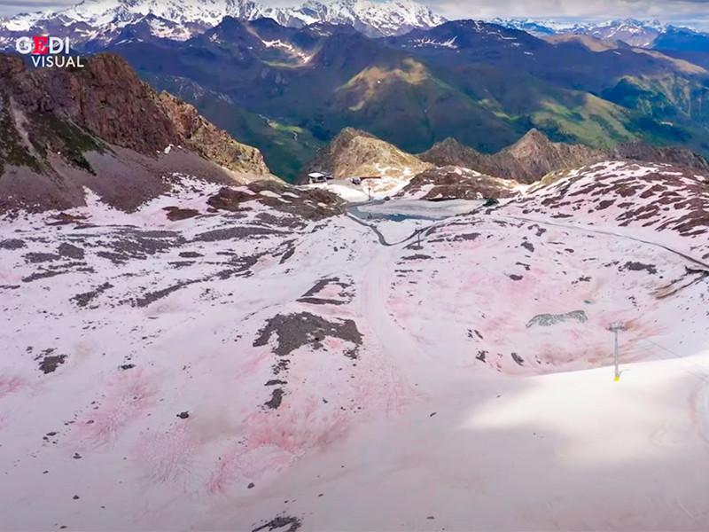 Снежный покров в горах Италии окрасился в розовый цвет
