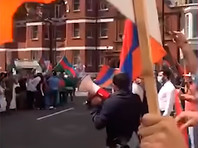 В Лондоне у посольства Армении произошла драка во время акции протеста из-за боевых действий на азербайджанско-армянской границе