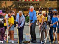 В нанесении надписи принял участие мэр Нью-Йорка Билл де Блазио
