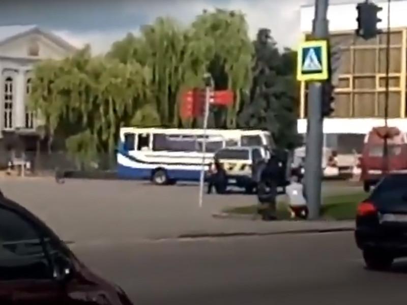 В центре Луцка неизвестный со взрывчаткой и оружием захватил автобус с пассажирами, сообщает полиция Волынской области Украины в Facebook