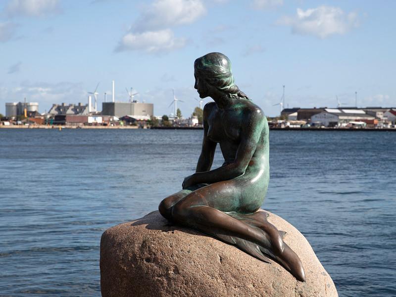 """Неизвестные написали на статуе Русалочки в Копенгагене """"расистская рыба"""""""