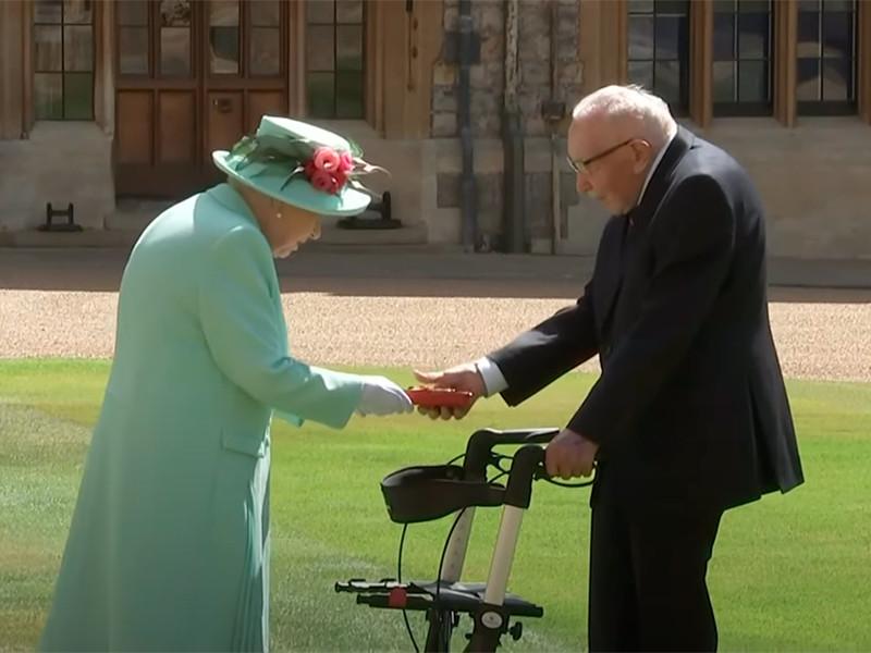 100-летний ветеран Том Мур, который помог собрать более 32 млн фунтов для борьбы с коронавирусом при помощи благотворительного марафона, получил титул рыцаря
