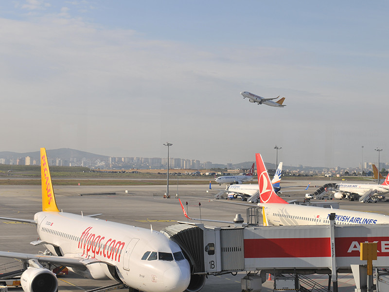 """РФ возобновила пассажирские рейсы на турецкие курорты, но прилетевших может ожидать карантин в отеле"""" />"""