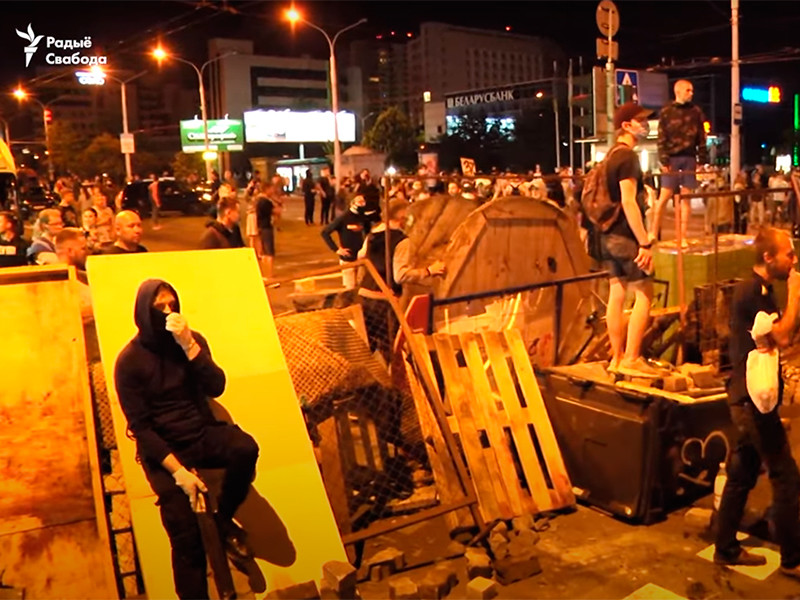 Спустя сутки после выборов президента Беларуси жители страны вновь вышли на уличные акции протеста с требованием пересчета результатов голосования