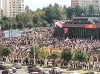 С первым погибшим на протестах в Белоруссии попрощались на коленях, на месте его гибели тысячи людей (ВИДЕО)