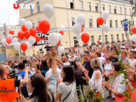 У здания следственного изолятора N1 на улице Володарского в Минске во вторник второй день собираются сторонники Сергея Тихановского, чтобы поздравить с 42-летием. Пришедшие поют песни и скандируют поздравления арестанта с днём рождения
