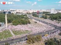 В центре Минска возле стелы собрались десятки тысяч сторонников оппозиции