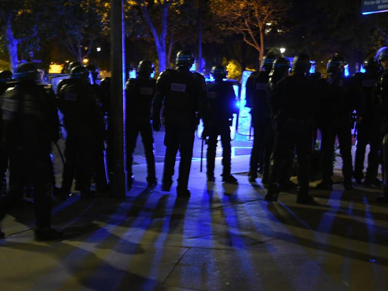 """Правоохранители задержали 148 человек в Париже после поражения французского клуба """"Пари-Сен Жермен"""" в финале Лиги чемпионов. Как сообщается в Twitter префектуры полиции, задержания произведены в основном в связи с нанесением ущерба, актами насилия и бросанием различных предметов в полицейских"""