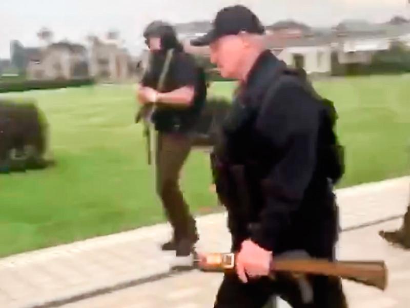 Лукашенко прилетел в свою резиденцию в Минске на вертолете с оружием в руках