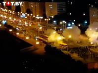 """Толпу людей разогнали светошумовыми гранатами на проспекте Победителей и около метро """"Пушкинская"""", а затем в районе торгового центра """"Рига"""", где люди устанавливали баррикады"""
