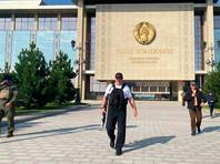 В Минске Лукашенко засняли у резиденции с автоматом в руках