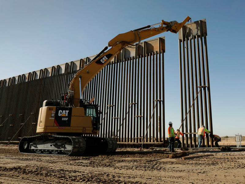 "Экс-помощника Трампа арестовали за мошенничество с пожертвованиями на строительство стены на границе с Мексикой"" />"