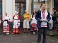 Силовики с утра 19 августа заблокировали вход в Национальный академический театр имени Янки Купалы в Минске, директор которого лишился поста после поддержки протестующих. Входы в здание перекрыты, милиция не пускает актеров и сотрудников, подавших заявление на увольнение
