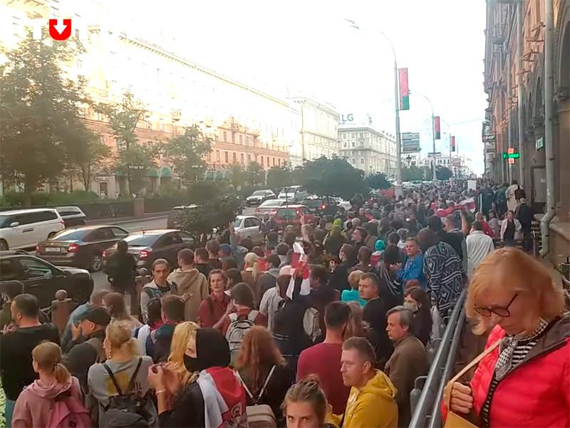 Протестующие в Минске прошли шествием к костелу, где силовики блокировали людей