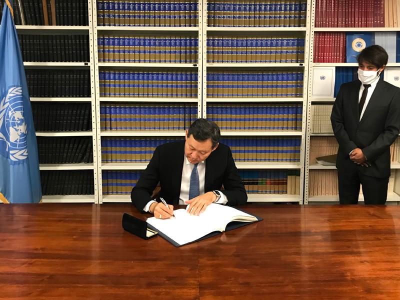 Постоянный представитель Казахстана при ООН Кайрат Умаров подписал Второй факультативный протокол к Международному пакту о гражданских и политических правах, направленный на отмену смертной казни