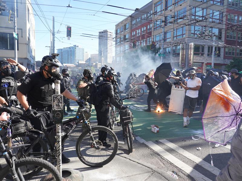 """Минюст США обвинил власти Нью-Йорка, Портленда и Сиэтла в потворстве анархии и насилию"""" />"""