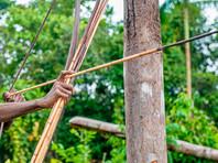 Аборигены обстреляли из луков приблизившуюся к ним группу. Полицейские успели спрятаться за машиной, а Францискато получил ранение