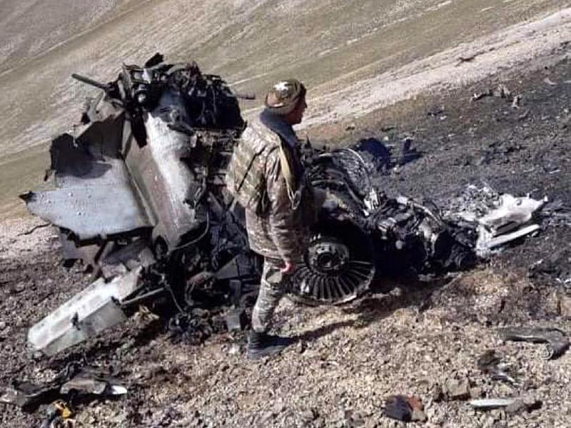 Министерство обороны Армении опубликовало фотографии своего штурмовика Су-25, сбитого накануне турецкими военными