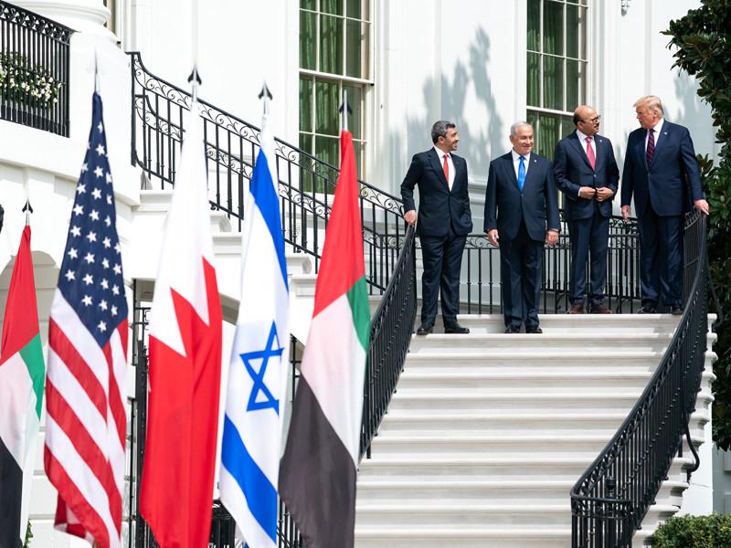 В Вашингтоне во вторник состоялась историческая церемония подписания соглашений о нормализации дипломатических отношений ОАЭ и Бахрейна с Израилем. Церемония прошла в Белом доме в присутствии президента США Дональда Трампа