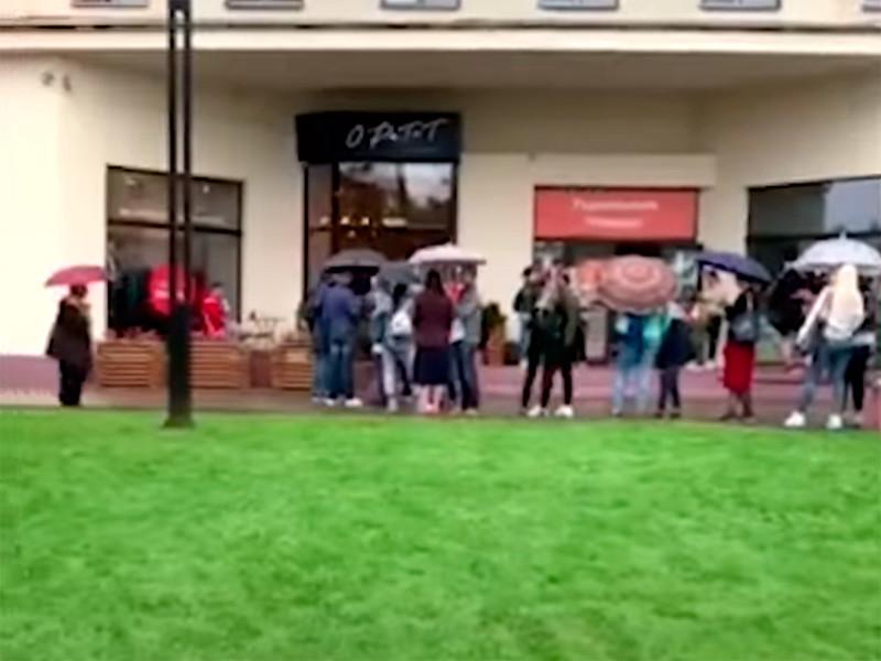"""Кминской кофейне, приютившей протестующих, выстроилась огромная очередь"""" />"""