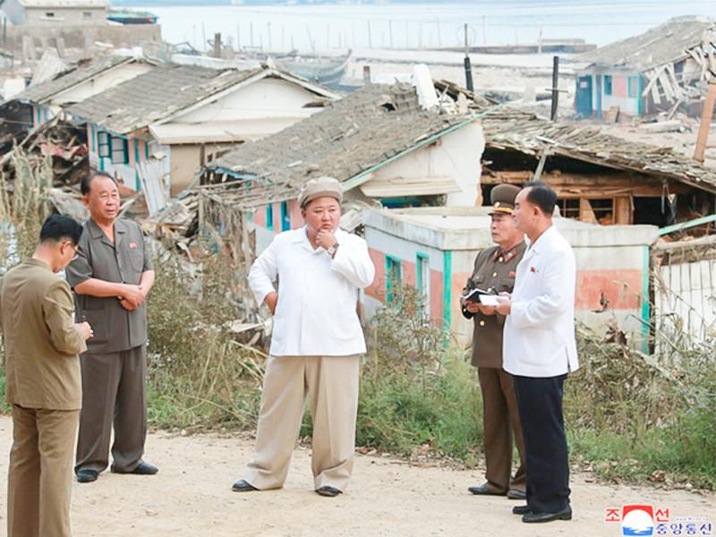 Лидер КНДР Ким Чен Ын посетил пострадавшие от тайфуна провинции Южный и Северный Хамген и дал указания по устранению последствий стихийного бедствия, сообщает Центральное телеграфное агентство Кореи (ЦТАК)