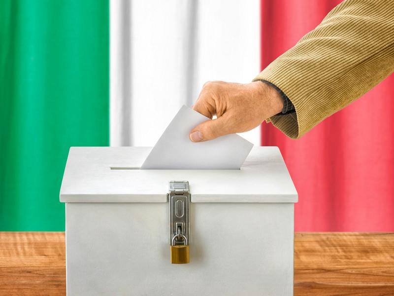 В Италии на референдуме поддержали сокращение числа парламентариев. Инициатива предусматривает избрание на следующих парламентских выборах 200 членов в верхнюю палату (Сенат) вместо нынешних 315 и 400 депутатов вместо нынешних 630 в нижнюю палату