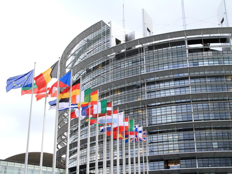 Европарламент (ЕП) подготовил проект резолюции по ситуации в Белоруссии, в которой призывает институты Евросоюза максимально делегитимизировать президента Александра Лукашенко, ввести жесткие санкции не только против него и республики, но и против россиян, блокировать финансирование Минска