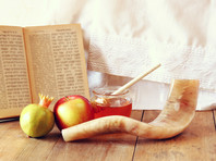 На новогодний стол принято подавать яблоки с медом, сладости, блюда из моркови, свеклы, тыквы, финики, а также голову рыбы или барана